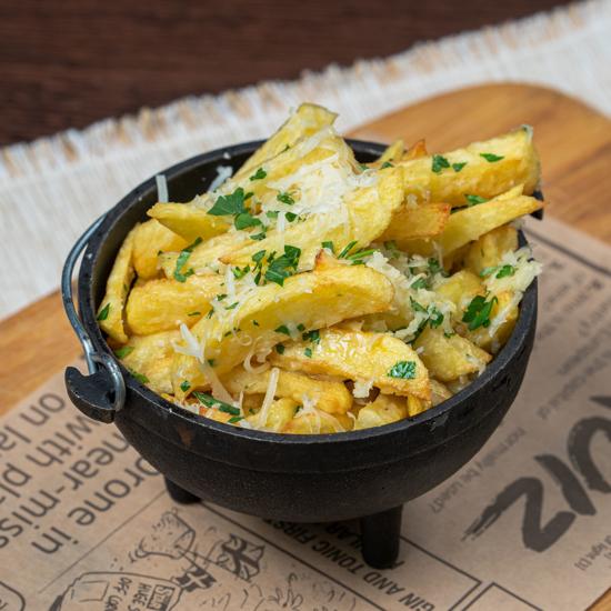 Poza cu Cartofi proaspeți prăjiți cu usturoi și parmezan