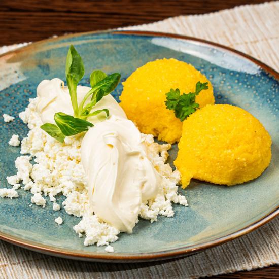Poza cu Mămăliguță cu brânză și smântână